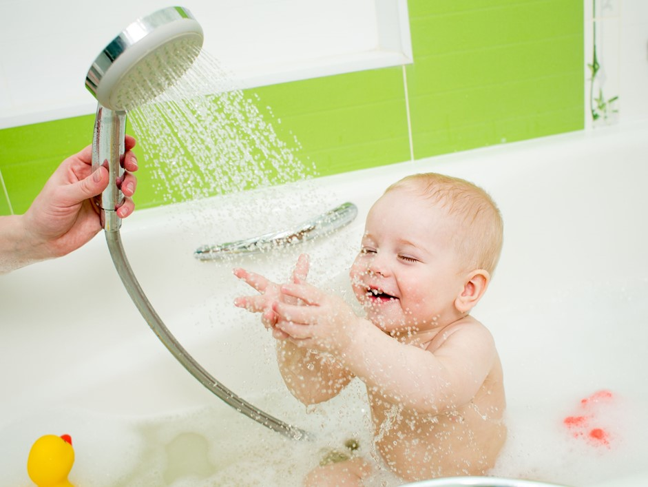 5 ventajas de ba ar a tu beb en regadera la bebeteca for Piezas de la regadera